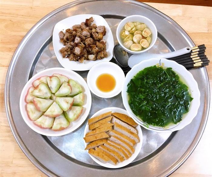 Canh mồng tơi, cà muối, chả quế, thịt nướng, tráng miệng bằng quả roi tươi.