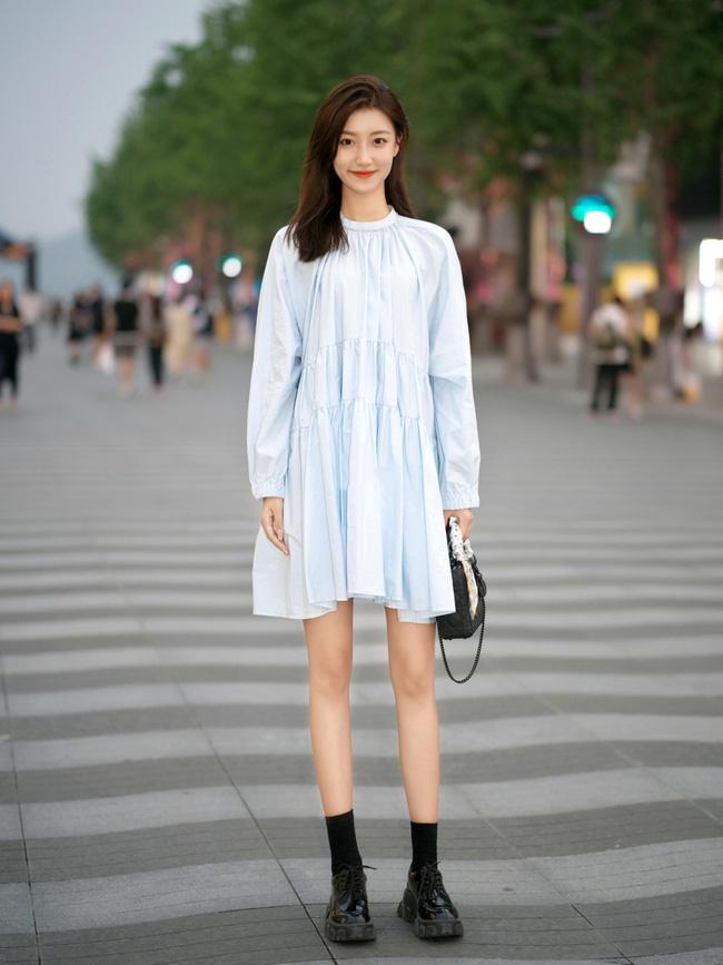 Chiếc váy baby doll làm khá tốt nhiệm vụ giúp trẻ hóa, các nàng hãy thử mix cùng giày thể thao màu trắng xem sao nhé.