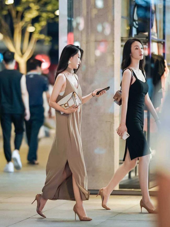 Chỉ đơn giản là một chiếc váy lụa hai dây thôi, nhưng cách mix của cô nàng này lại giúp nâng tầm chiếc váy hơn hẳn.