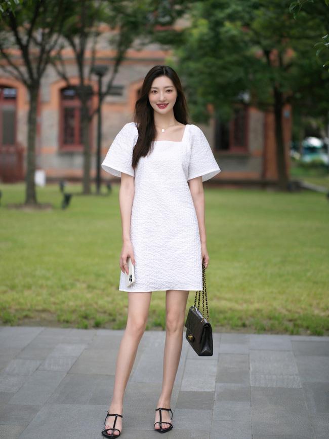 Một chiếc váy trắng đơn giản dáng suông, nhất là cô nàng nào mũm mĩm thì đây là item đáng sắm đấy nhé. Học theo cô nàng này cách mix cùng phụ kiện túi xách và sandals quai mảnh cũng khá hay ho.