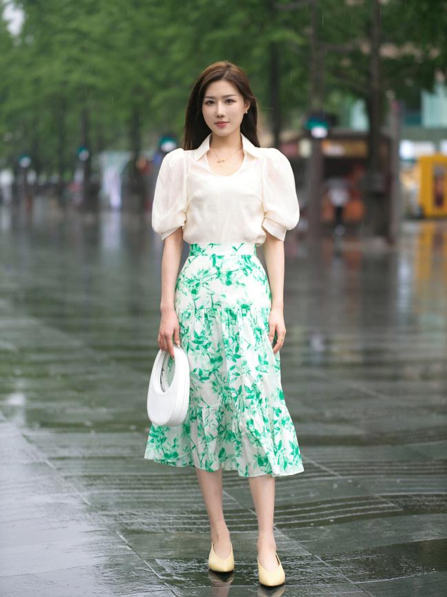 Vẫn là cách mix đơn giản áo blouse cùng chân váy, set đồ này hoàn toàn phù hợp để các nàng đi chơi hay tới sở làm.