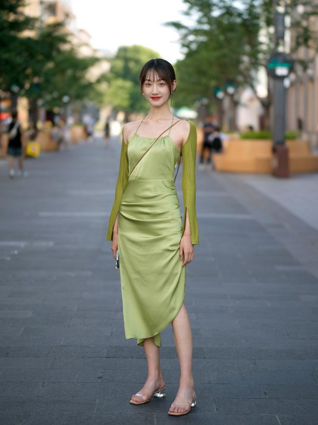 Chọn cho mình một chiếc váy lụa, tuy nhiên set đồ của cô nàng này lại hơi kém hút mắt, phần vì bởi chất liệu lụa kém sang, phần vì cách mix với áo khoác dài tay cũng hơi lạc quẻ.