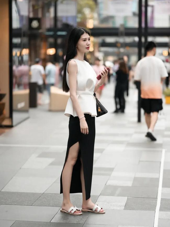 Với set đồ của cô nàng này, giá mà thay đôi dép bệt bằng một đôi cao gót màu đen sẽ sang chảnh hơn.