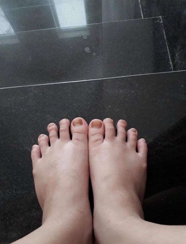 Còn một khuyết điểm nữa của cô là đôi chân. Nhiều người lại cho rằng cô không hề sở hữu một đôi chân nuột nà, thon thả của một mỹ nhân vì bàn chân của nàng Hậu trông khá to bành và thô.