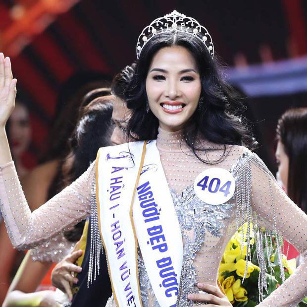 Sự nỗ lực của cô người mẫu năm nào đã được ghi nhận khi Hoàng Thuỳ đăng quang Á hậu 1 Hoa hậu Hoàn vũ Việt Nam 2017. Hoàng Thùy được xem là một trong những nàng Á hậu thành công trong showbiz.