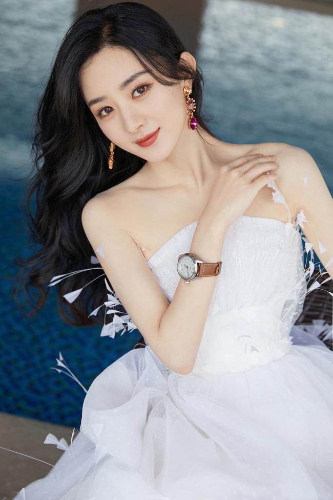 Sau sinh, Triệu Lệ Dĩnh đã có sự lột xác cực kỳ ngoạn mục. Nữ diễn viên trở nên xinh đẹp mặn mà hơn, vóc dáng thanh mảnh nhưng không kém phần săn chắc.