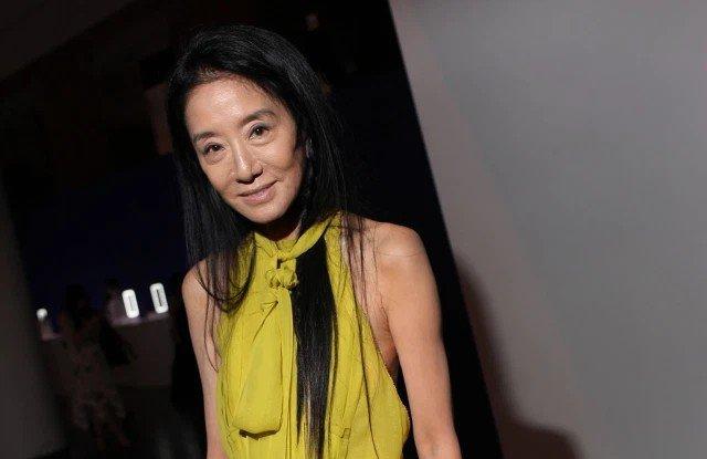 Trước đó, trong các sự kiện có sự xuất hiện của Vera Wang, những tấm hình chụp của bà rất chân thực nhưng thực sự không tránh được quy luật lão hóa với gương mặt đầy nếp nhăn.