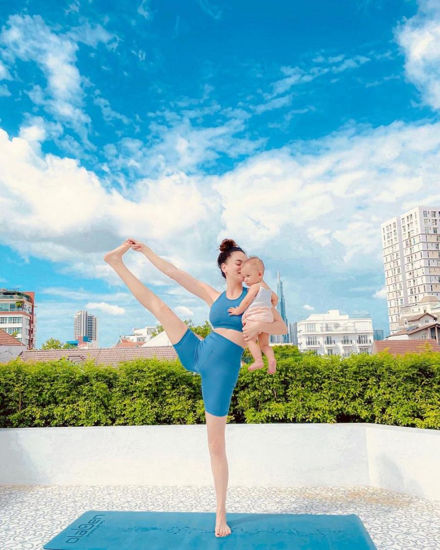 ho-ngoc-ha-khoe-dang-yoga-cuc-dinh-cung-ai-nu-lisa-fb703926