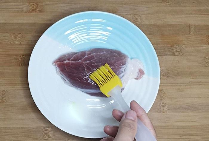 Bôi lớp rượu và dầu ăn lên thịt giúp thịt tươi ngon lâu hơn