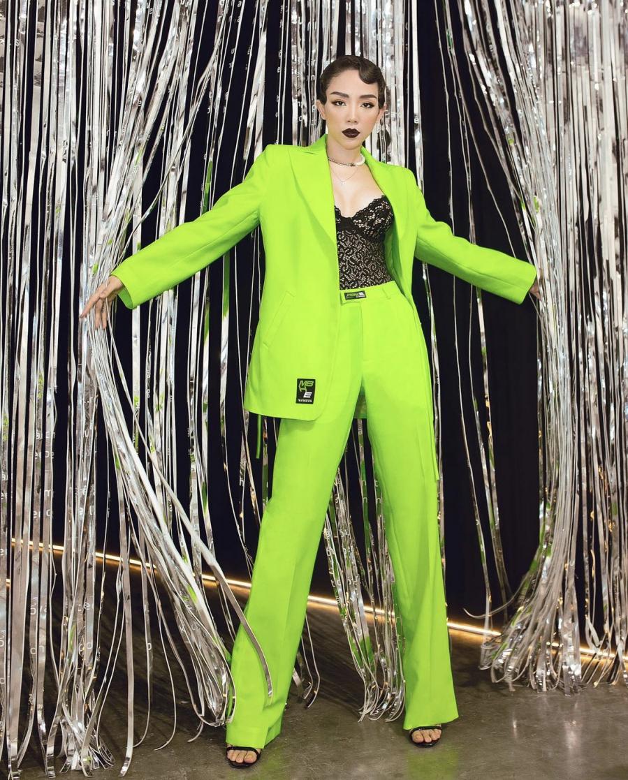 Ca sĩ Tóc Tiên lựa chọn cách mix corset với set blazer menswear tone màu neon nổi bật.