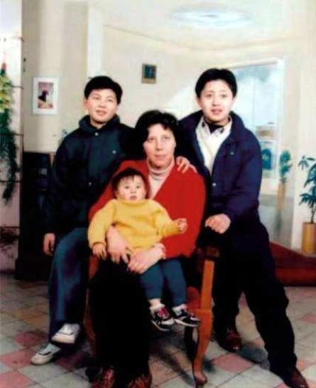 Một tay bà Sara nuôi dậy 3 đứa con nên người.