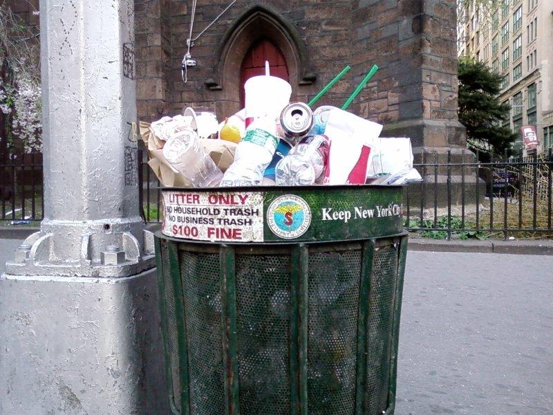 Thùng rác người nghèo thường chất đống cao