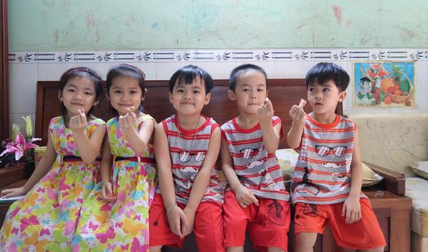 5 đứa trẻ ba trai, hai gái vô cùng đáng yêu và kháu khỉnh đang lớn lên từng ngày.