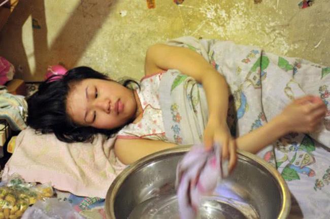 Bà Vương một mình nuôi con gái suốt 18 năm. (Ảnh minh họa)