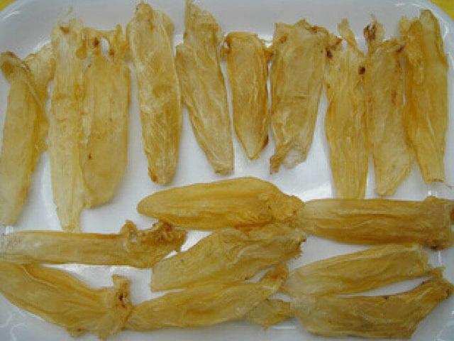 Bong bóng cá phơi khô được coi là một loại thuốc bổ và có giá thành tương đối cao.