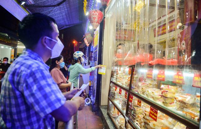 Người dân chi cần đưa thông tin số lượng cũng như loại bánh cần mua qua tấm nilon (Ảnh: Người lao động)