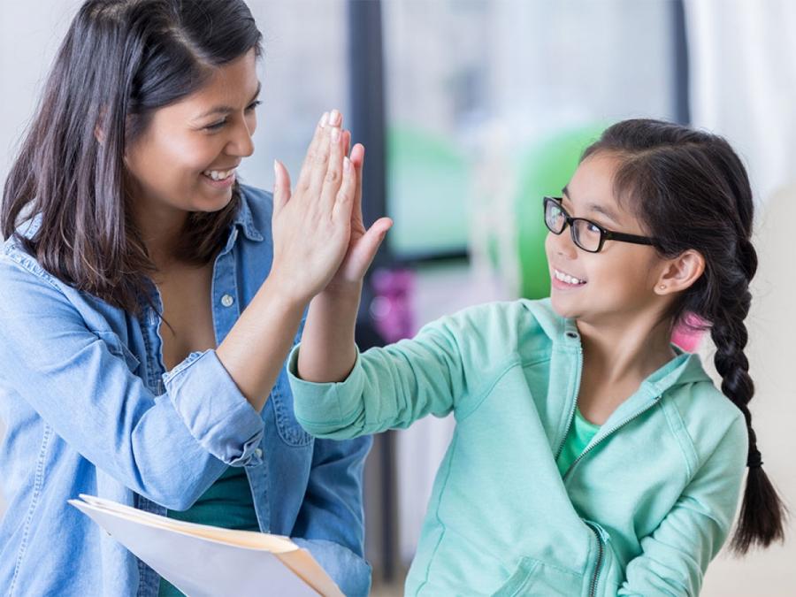 Con cái của bạn cũng đang theo dõi bạn. Chúng không chỉ học hỏi từ bạn, mà họ còn đang tìm hiểu về bạn. Nếu bạn quan tâm đến những gì con bạn nghĩ về bạn và tính cách của bạn, hãy hình thành phẩm chất trung thực trong lời nói và hành động của mình.