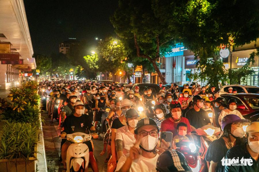 Các tuyến phố xung quanh hồ Hoàn Kiếm cũng đông đúc phương tiện trong tối 21/9. (Ảnh: Tuổi trẻ)