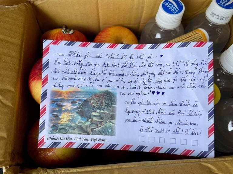 Cảm động trước sự vất vả, tấm chân tình của nhóm anh Tiến, chị Oanh gửi tặng đội một thùng quà.