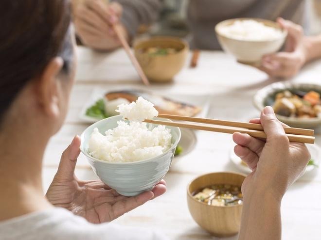 Ăn ít cơm tinh bột vào bữa tối