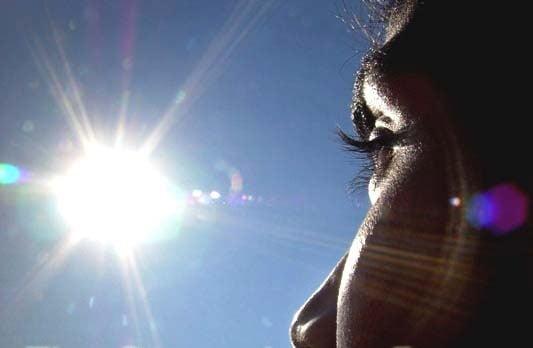 Con người không thể nhìn thẳng vào ánh sáng mặt trời, nhất là lúc cường độ ánh sáng mạnh như giữa trưa. Nếu bạn bỗng dưng