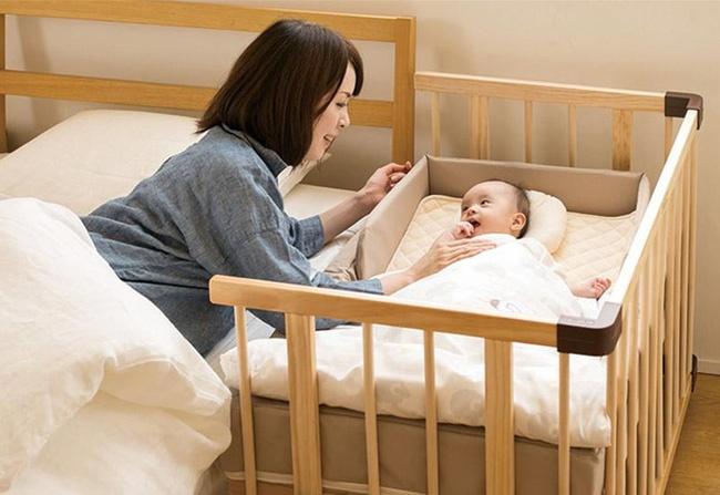 Do đó để an toàn, bố mẹ nên cho con ngủ riêng nhưng chung phòng. Nghĩa là bạn có thể đặt nôi, cũi của con trong phòng ngủ của mình để dễ dàng chăm sóc và theo dõi con.