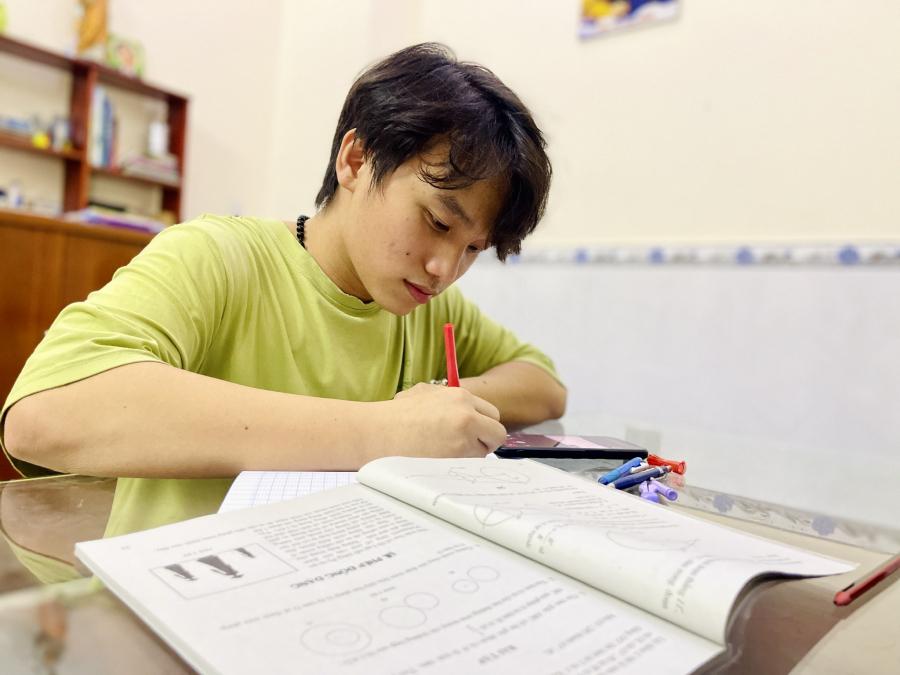 Bảo  luôn phấn đấu, nỗ  lực học hành để không phụ  lòng ba mẹ (Ảnh: Thanh Niên)