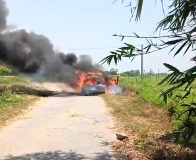 Hình ảnh chiếc xe bốc cháy tại Nghệ An (Ảnh: NLĐ)