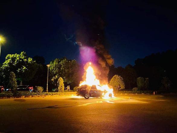 Hiện trường chiếc xe sang bị bốc cháy đêm 29/9 (Ảnh: Tuổi trẻ)