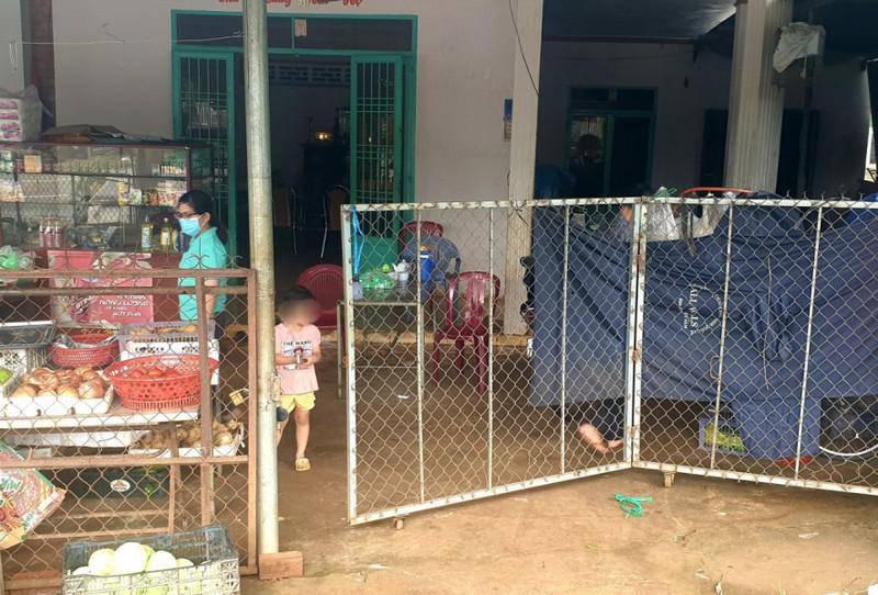 Phía trước cửa nhà ông bà ngoại của cháu bé bị giật điện thoại.