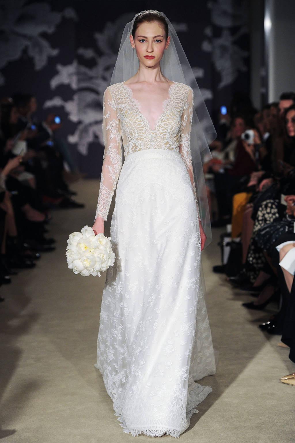 Sự tinh tế trong đáp ren ở phần tay áo khiến chiếc váy kín đáo mà quyến rũ đến hoàn hảo