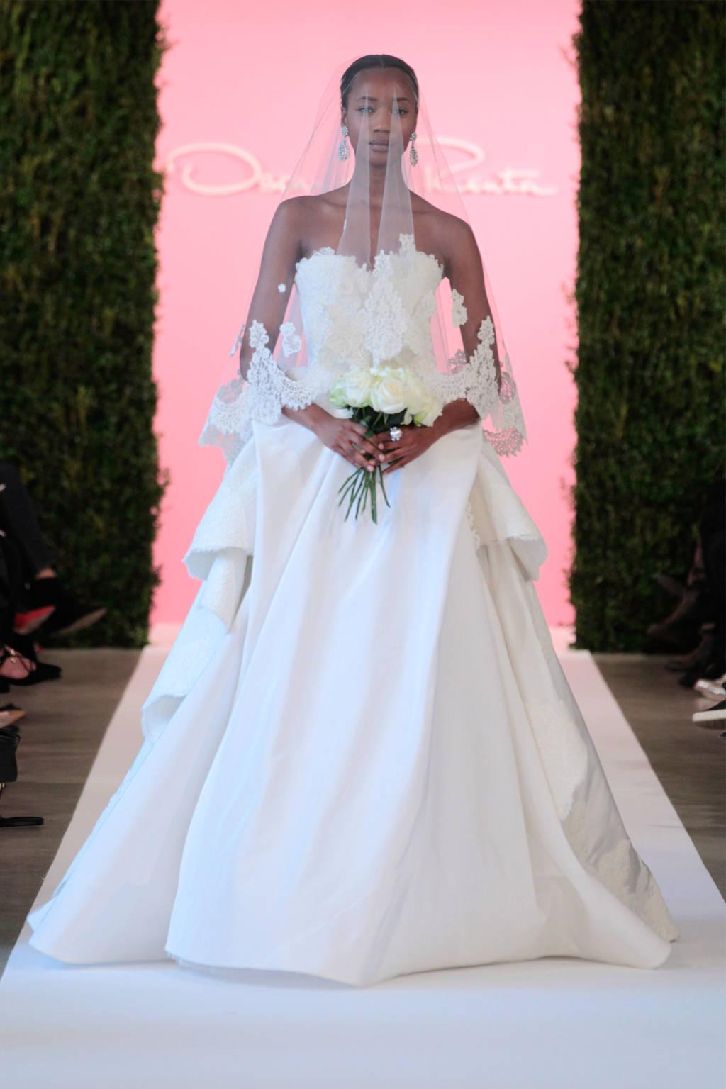 Phần vạt váy thiết kế kiểu xếp vải cầu kỳ là điểm nhấn của chiếc váy đặc sắc này.
