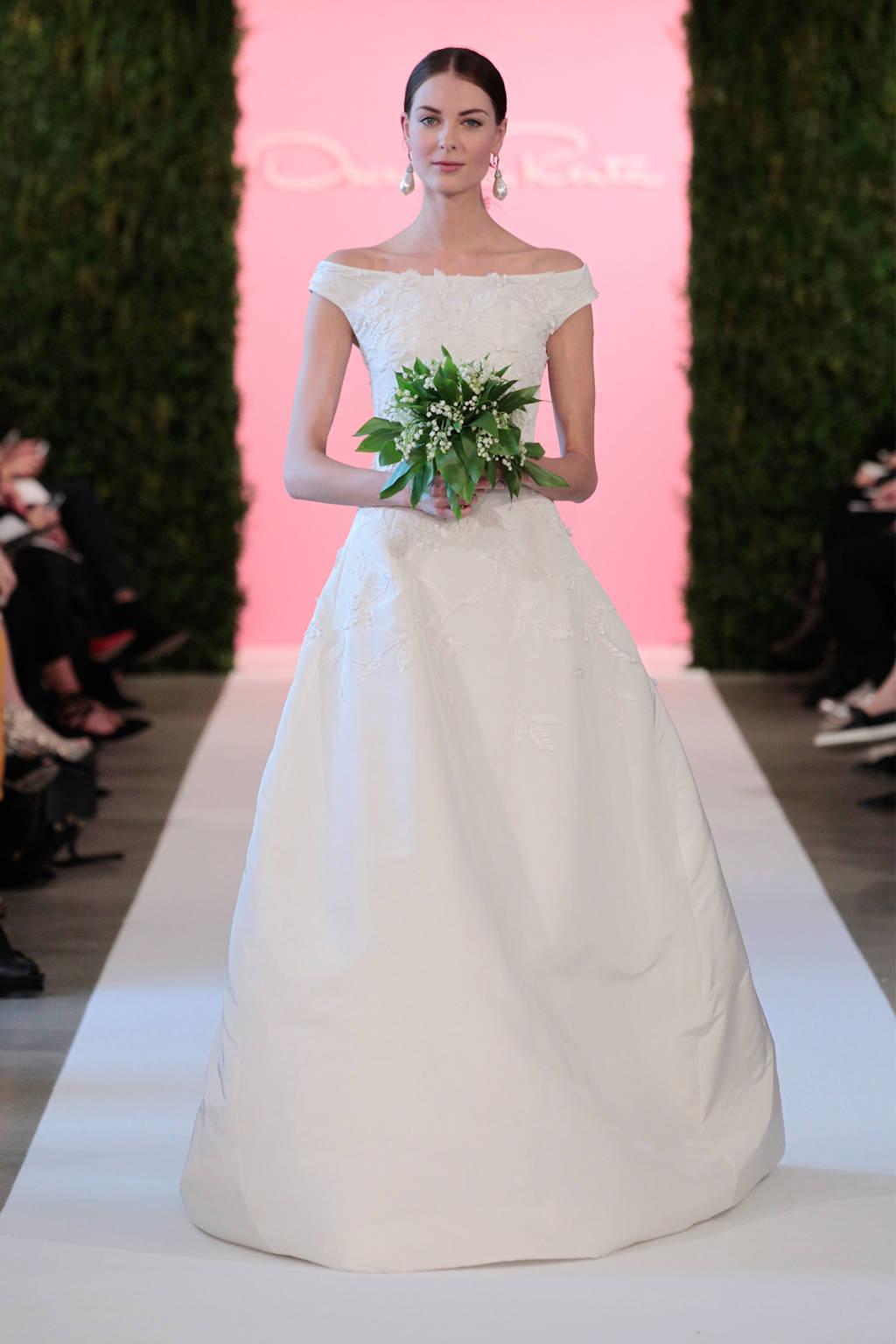 Kiểu vai ngang cổ điển chưa bao giờ lỗi mốt trong các đám cưới từ Đông sang Tây. Thiết kế tối giản này khiến các cô gái không thể rời mắt.