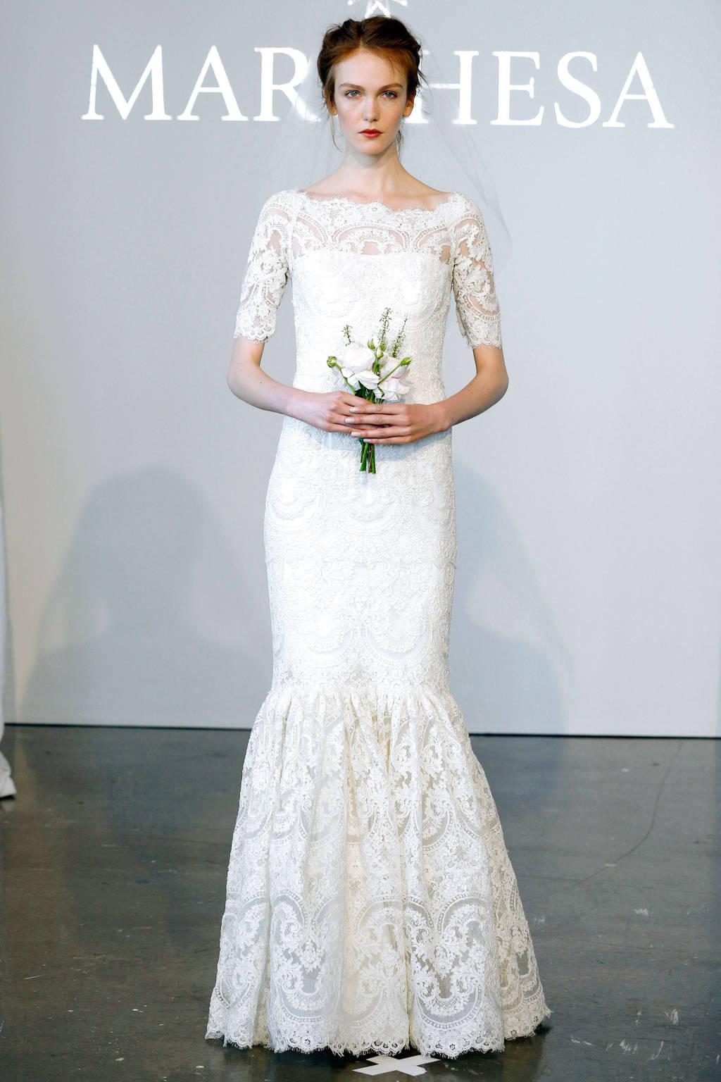 Nhà Marchesa lại tôn vinh nét đẹp quý tộc sang trọng và tinh tế. Hầu hết các mẫu váy lọt vào top đẹp nhất thế giới của nhà Marchesa đều khá kín đáo với phần vai và tay đáp ren.