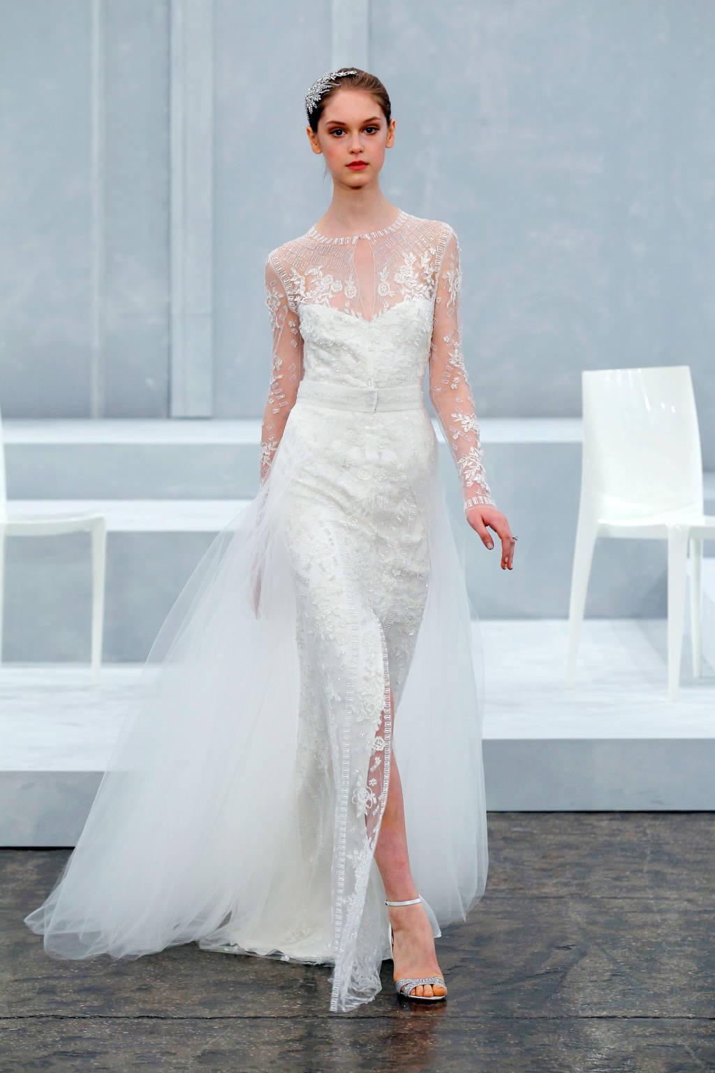 Trong khi đó, phần thân váy hai lớp chất liệu voan mỏng là sức quyến rũ chủ yếu của mẫu thiết kế này.