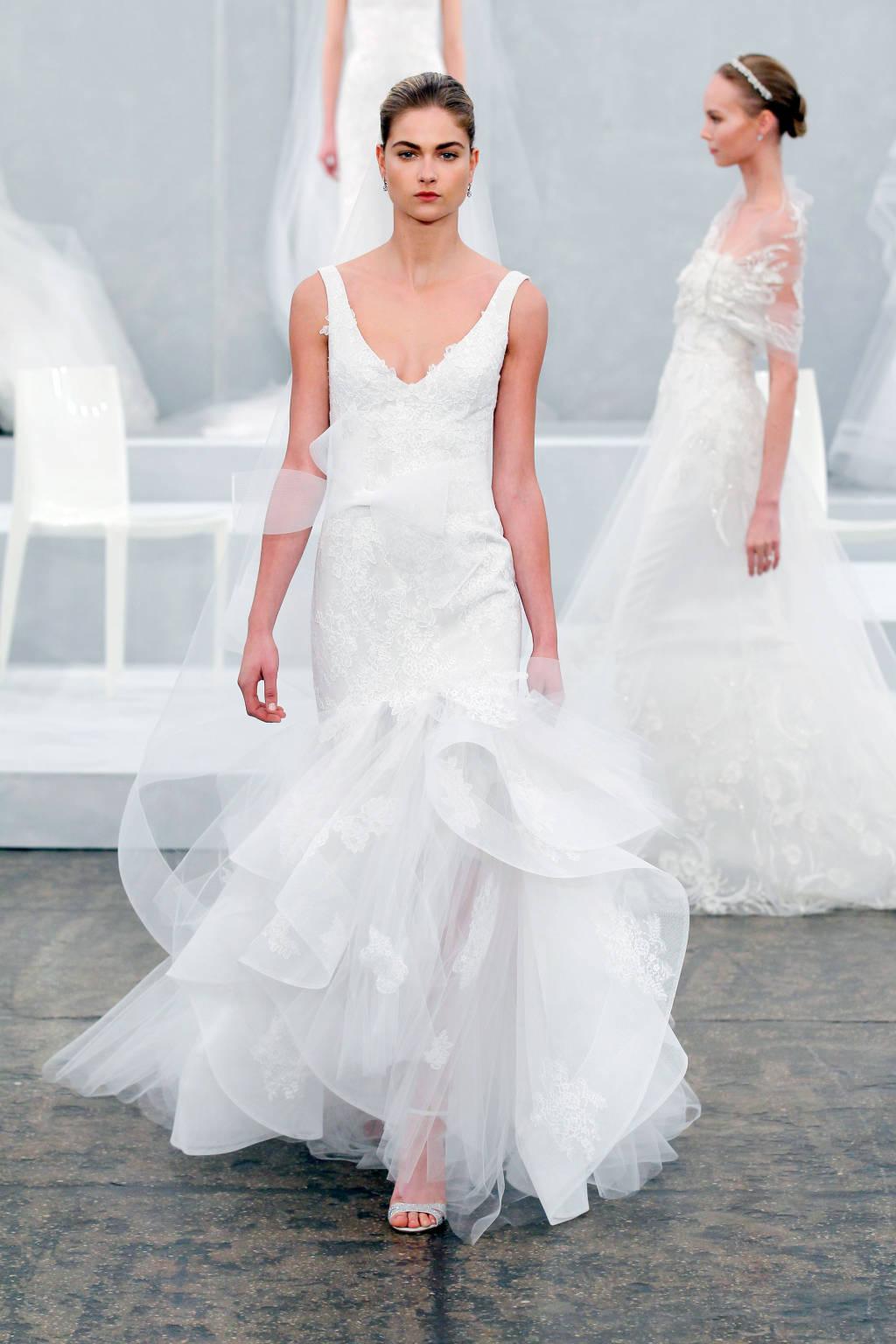 Với chiếc đầm này thì đó là phần vạt cầu kỳ. Sự cầu kỳ luôn là bí quyết để các cô dâu trở nên lộng lẫy và tỏa sáng.