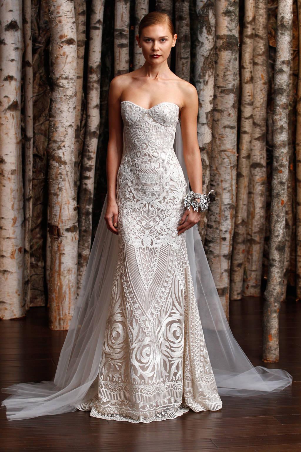 Chiếc đầm này mang màu sắc hiếm - màu trắng ghi - nên nó nghiêm nhiên trở nên đặc sắc.