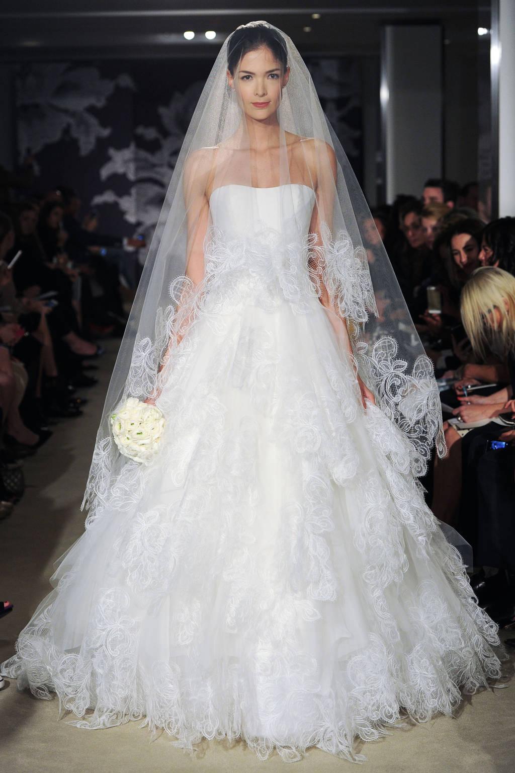 Kiểu đầm công chúa với phần thân dưới bồng bềnh xếp nếp tinh tế và khăn voan trong suốt phủ kín gương mặt mang đến vẻ đẹp lộng lẫy cho cô dâu.