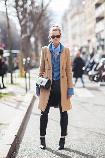 Quần da đen mix với áo sơ mi và áo khoác dạ dáng dài sáng màu cũng là một lựa chọn tinh tế của nhiều quý cô ngày lạnh ở Châu Âu.