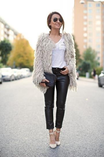 Kết hợp với áo phông trắng và áo khoác lông.