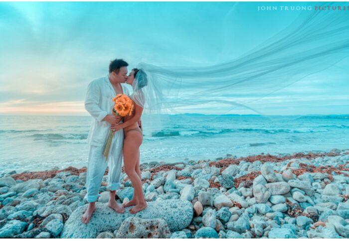 Tình cũ Lý Hùng chụp ảnh cưới bikini cùng chồng mới