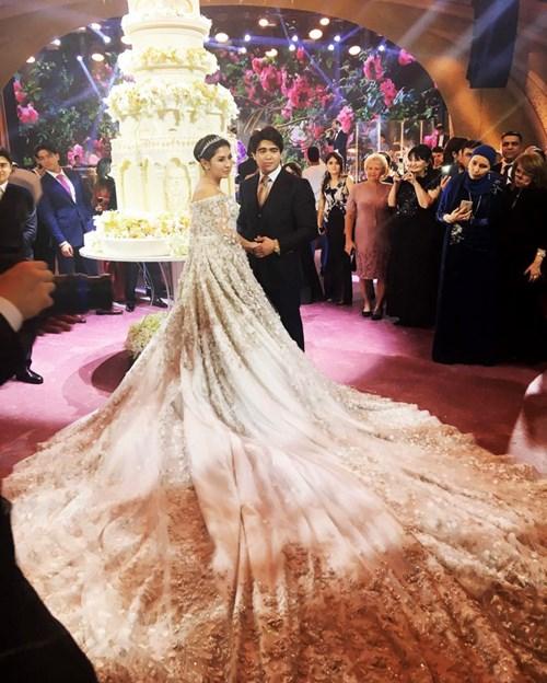 Sau váy cưới tiền tỷ nạm vàng là váy cưới tiền chục tỷ nạm ngọc