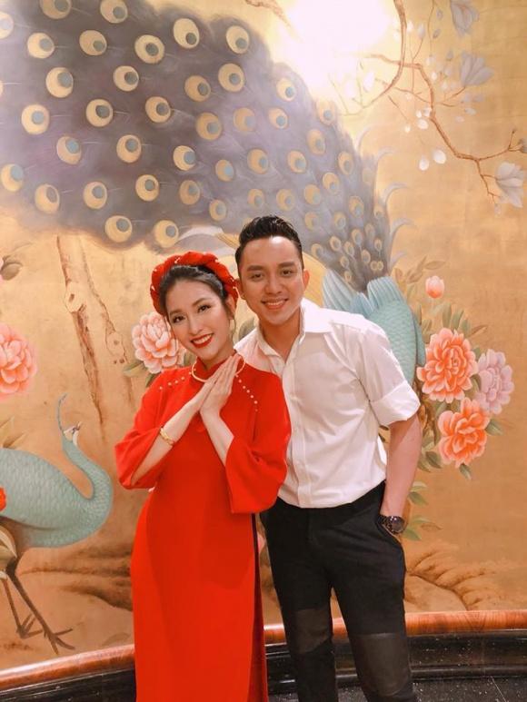 Mai Hồ chụp hình cùng diễn viên La Quốc Hùng