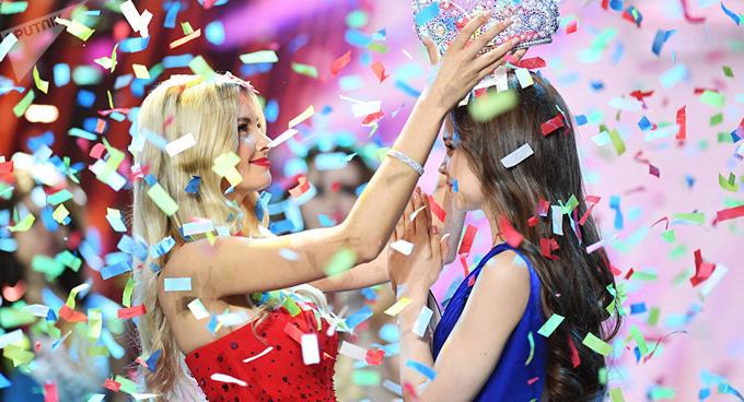Trong đêm chung kết Hoa hậu Nga 2018 vừa diễn ra hôm 14/4 tại Moscow theo giờ địa phương, vượt qua 49 thí sinh khác, Yulia Polyachikhina đã giành được vương miện danh giá.
