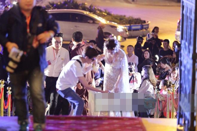 Sự cố tại Lễ trao giải Cánh diều Vàng xảy ra, diện chiếc váy xuyên thấu dáng dài, người đẹp Midu bất ngờ vấp ngã trên thảm đỏ và phải nhờ sự giúp đỡ của trợ lý.