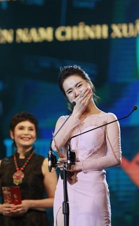 Trước niềm vui giành giải Nữ diễn viên chính xuất sắc nhất tại Lễ trao giải Cánh diều Vàng 2017, Nhã Phương đã không kìm được sự xúc động. Cô bày tỏ,