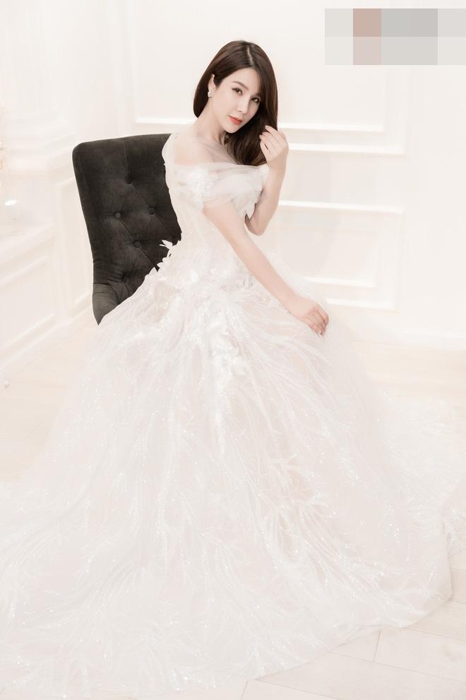 Người đẹp tin tưởng và nhờ sự hỗ trợ từ phía 2 nhà thiết kế Việt với gam màu trắng chủ đạo.