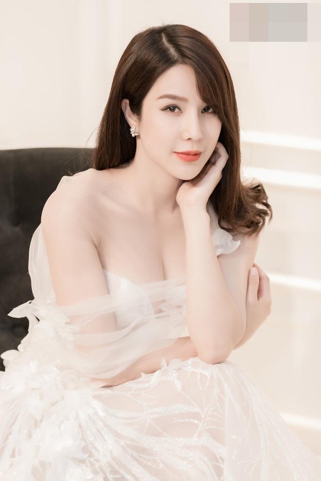 Diệp Lâm Anh vừa bị bắt gặp đi thử váy cưới khi ngày trọng đại đang đến gần kề.