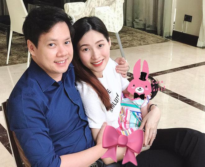 Hoa hậu Đặng Thu Thảo bất ngờ đăng tải hình ảnh con gái sau hơn hai tháng chào đời nhân dịp sinh nhật ông xã. Đây là lần đầu tiên Hoa hậu khoe hình ảnh con trên mạng xã hội nhưng vẫn che mặt.