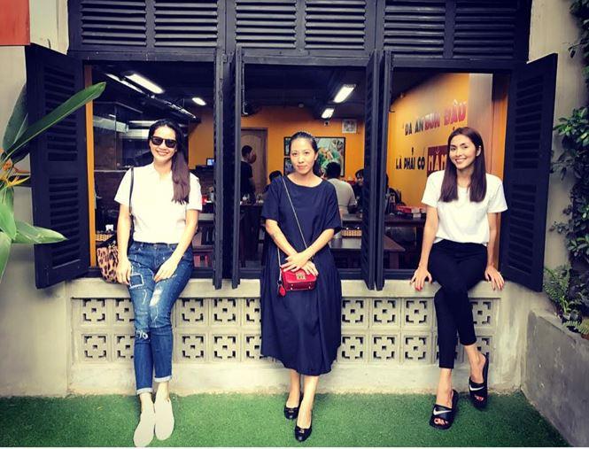 Vợ ca sĩ Phạm Anh Khoa (giữa) chụp hình kỷ niệm cùng Thân Thúy Hà và Tăng Thanh Hà.